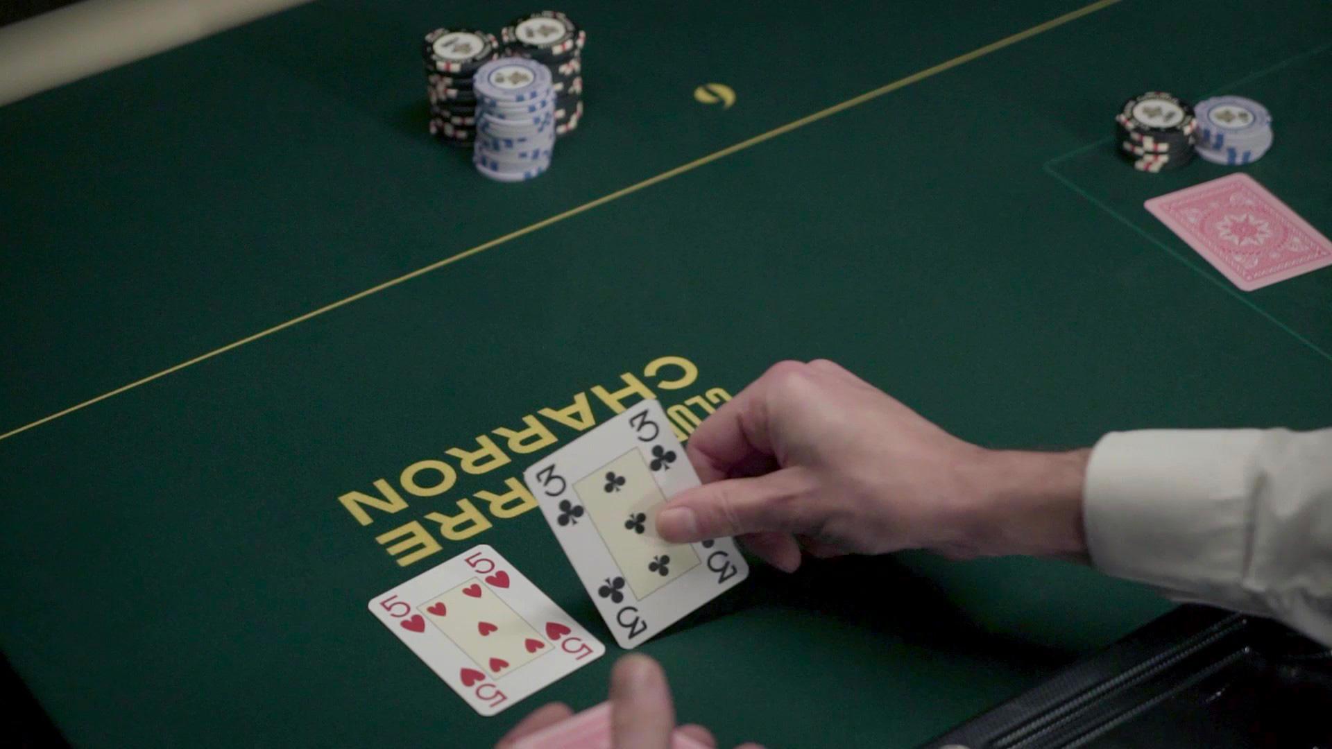 tapis vert d'une table de jeu du Club Pierre Charron